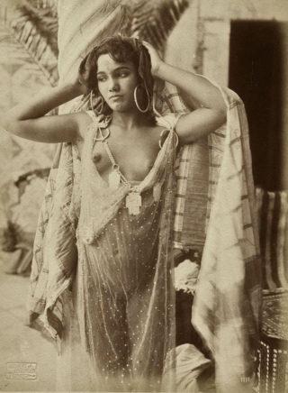lehnert_et_landrock_-_jeune_femme_a_la_tunique_transparente_afrique_du_nord_circa_1910